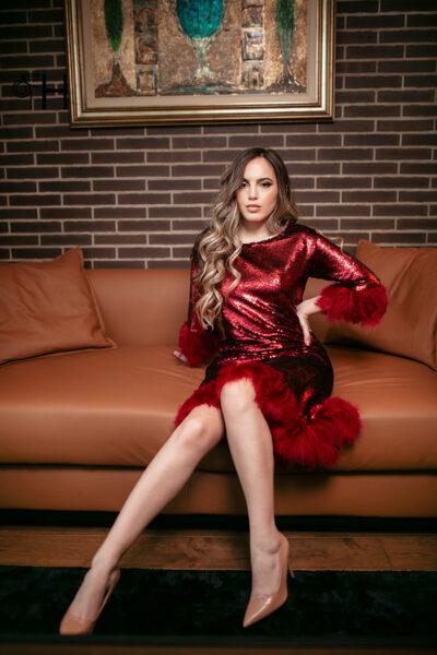 Crvena krljust haljina sa perjem